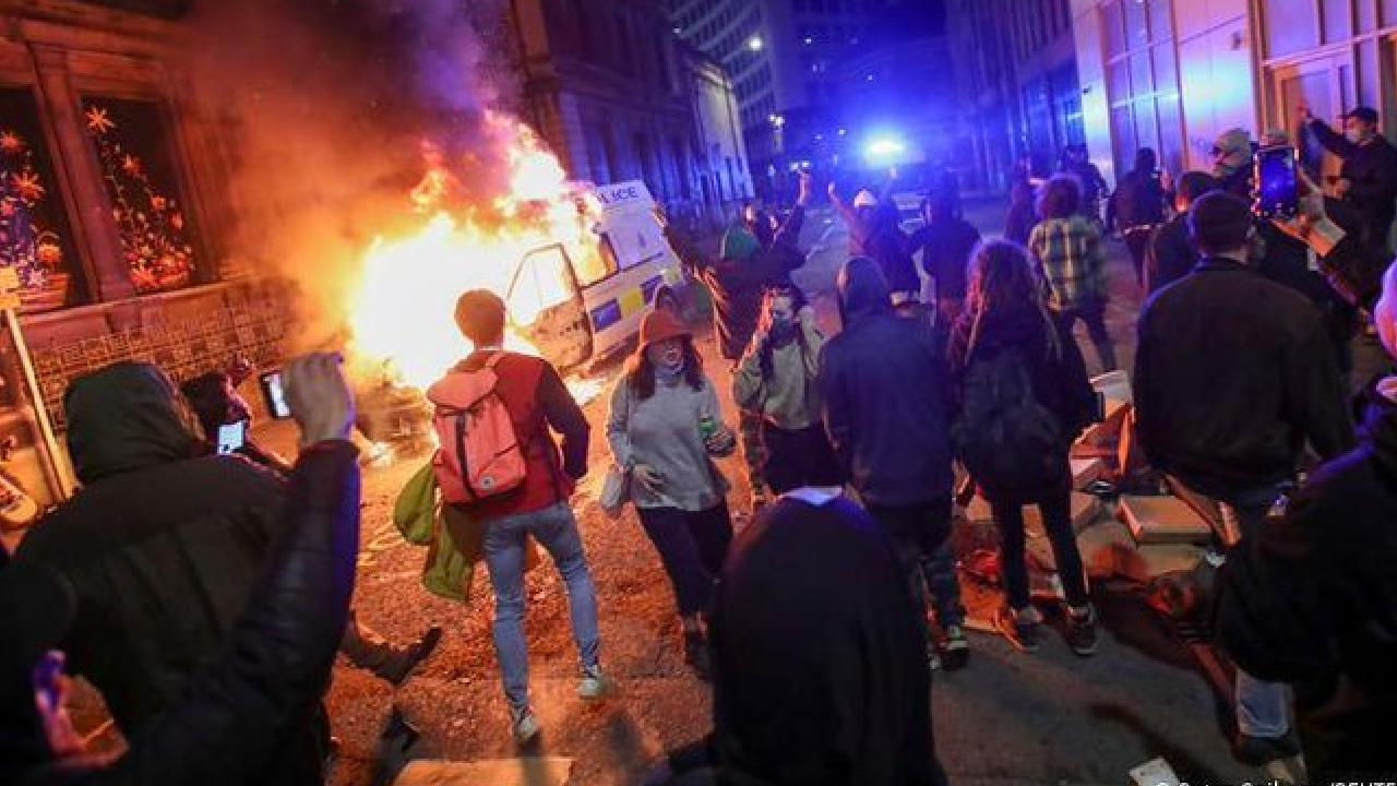 En Bristol manifestantes arrojan heces fecales a policía