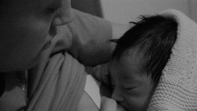 Mujer indigna suegra intentar amamantar a su bebé