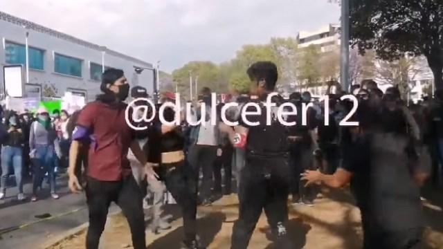 Durante la marcha del 8M en Puebla un hombre agredió a colectivos feministas y manifestantes. En redes sociales señalaron que era neonzi.