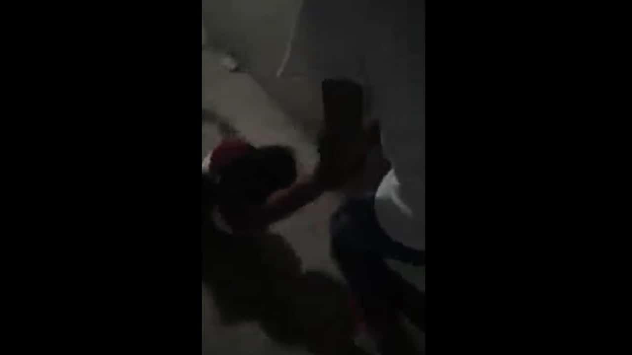 Sujeto arrastra pareja por las escaleras Chicoloapan Edomex