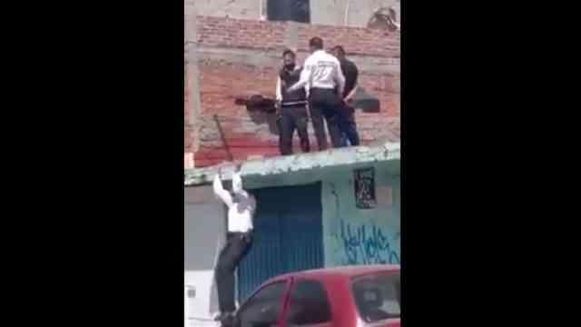 Video policía sorprende técnica bajar del techo