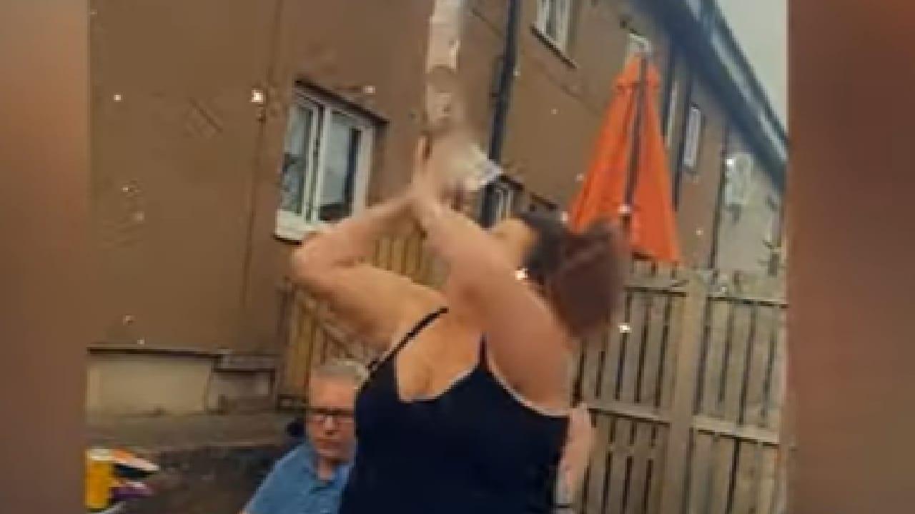 Mujer perdió dinero pegado a un globo con helio