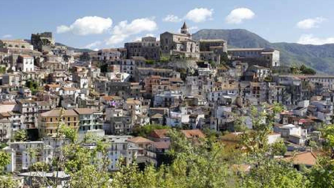 Italia vende casas en un euro para repoblar casco antiguo