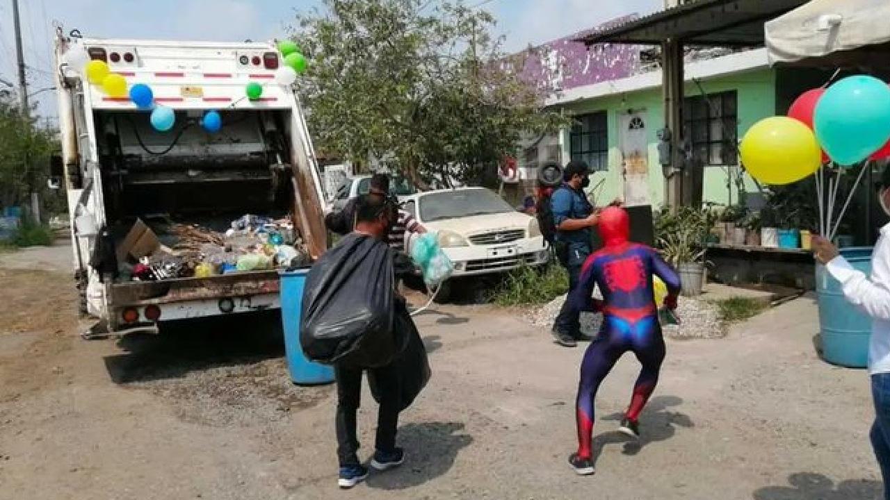 Recolectores de basura se disfrazaron y dieron regalos por el Día del Niño