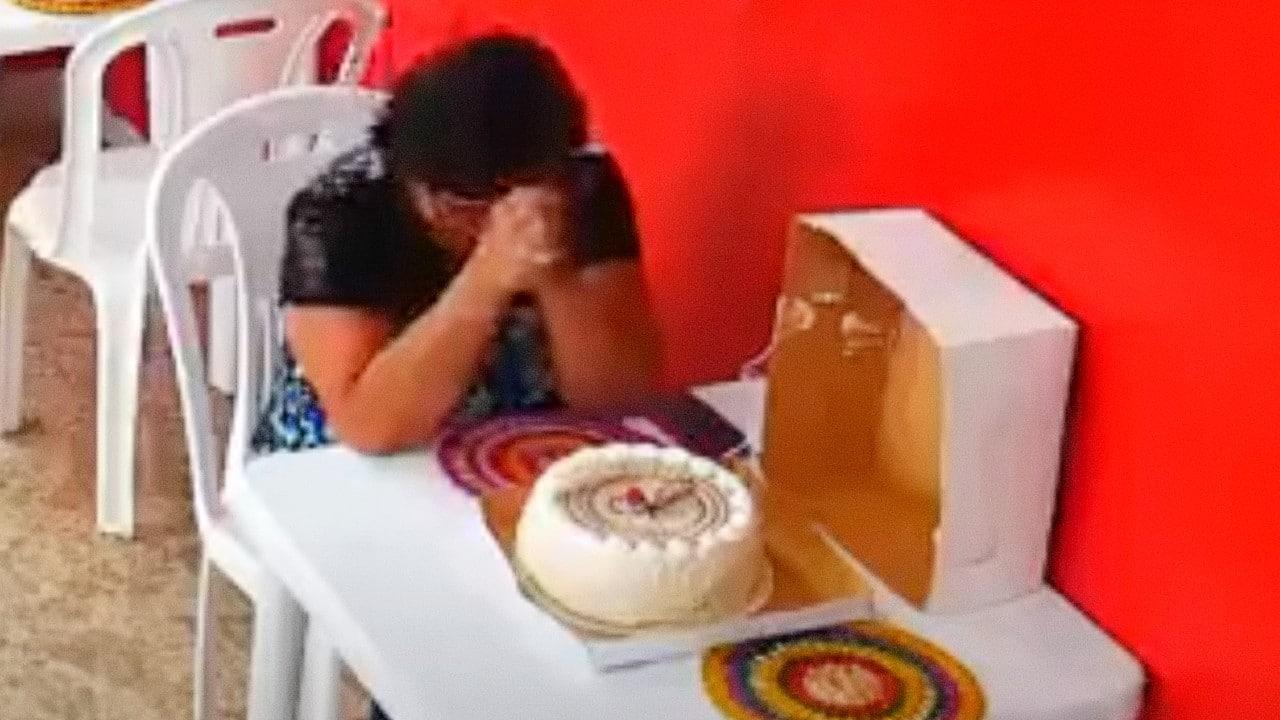 Video de mujer llorando en su cumpleaños conmueve las redes sociales