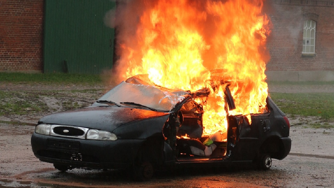 Mujer incendió el automóvil de su expareja y murió en el intento