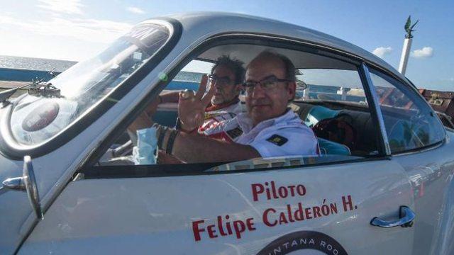 Chocaron auto clásico conducido Felipe Calderón