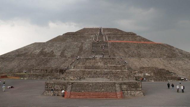 Pirámides de Teotihuacán destrozadas por una construcción
