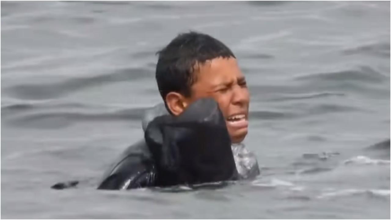 Niño llega nadando a España con botellas de plástico