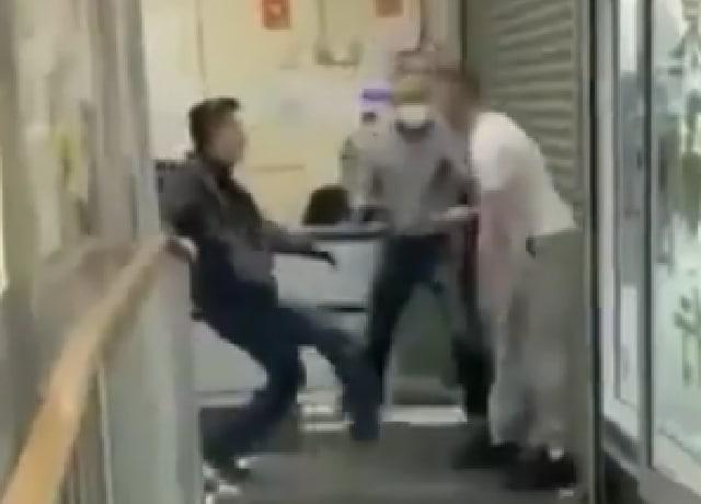 Racista fue noqueado por dos asiáticos