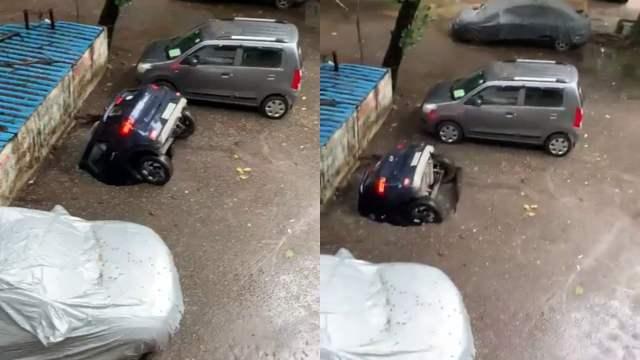 auto cae en un socavón en la India