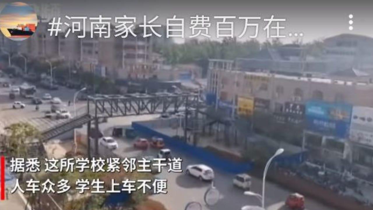 mamá hace puente peatonal para su hijo en China