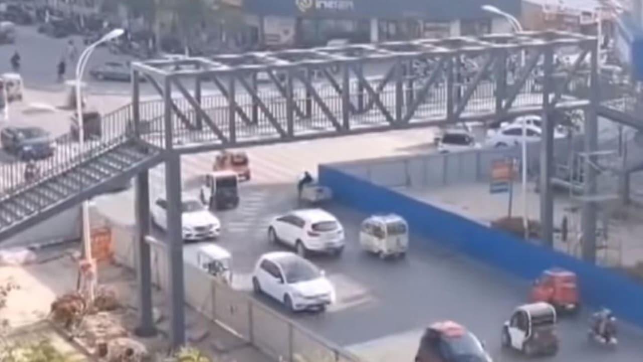 mamá hace puente peatonal para su hijo