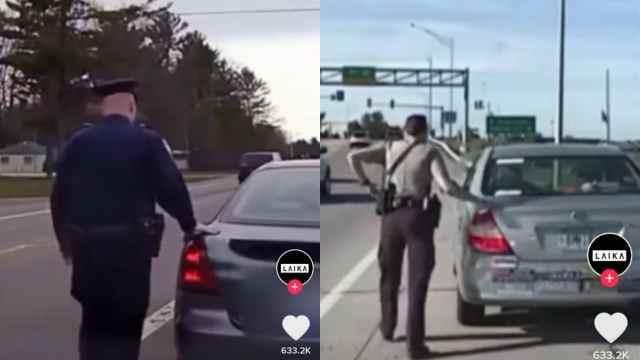 por qué los policías tocan la parte trasera de los autos