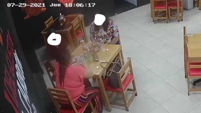 Mujeres se van sin pagar la cuenta