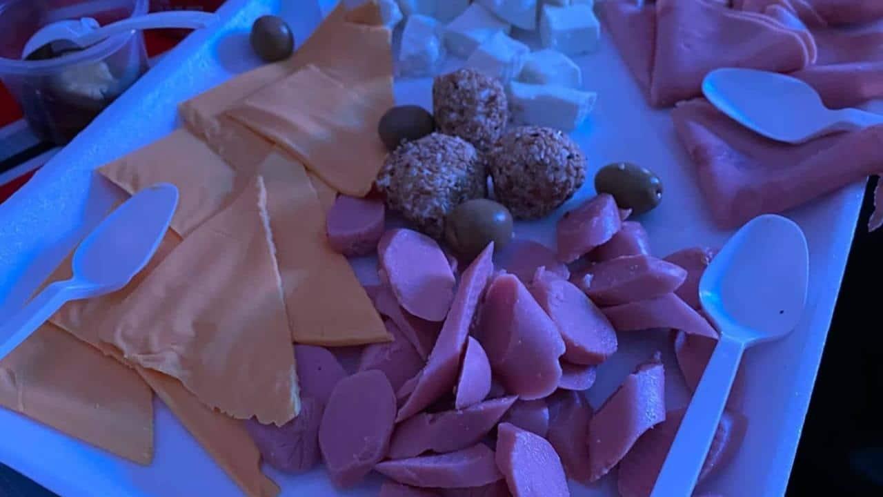 Joven compra tabla de quesos y le dan unicel con salchichas