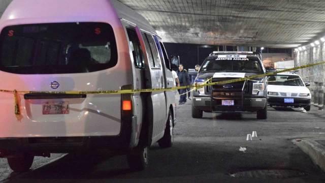 Pasajeros de combi dan brutal golpiza a ladrón en Tecámac