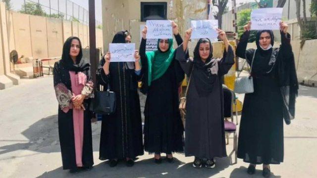 Talibanes asesinaron a una mujer por no utilizar burka