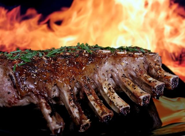 ¿Engaño? Hombre saca báscula para persar porción de carne en restaurante y se hace viral