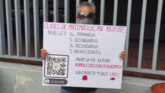 maestro anuncia clases de Youtube en a calle