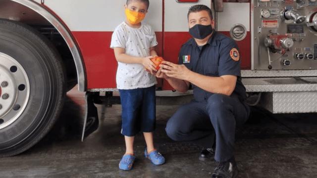 Bomberos reciben alcancía de niño de Nuevo León