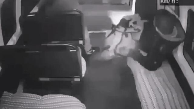 Chofer de combi acelera y asaltantes salen volando por la puerta