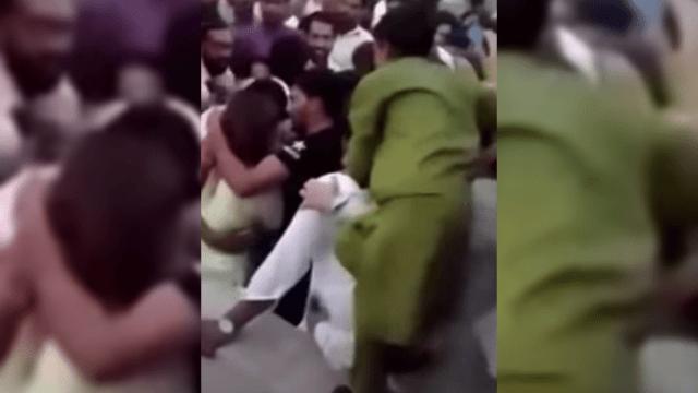 Turba de hombres agreden a mujer en la celebración del Día de la Independencia paquistaní