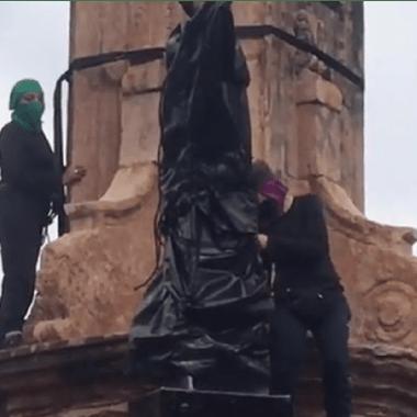 """Feministas colocan antimonumento en Glorieta donde estaba Colón y la nombran como """"la de las mujeres que luchan"""""""