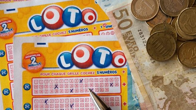 Gana 600.000 dólares a la lotería, pero el dueño del estanco le quita el boleto premiado y huye en moto