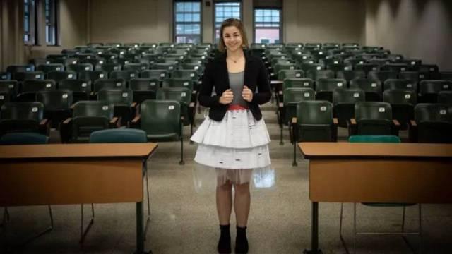 Estudiante defendió tesis con un vestido hecho de 17 cartas de rechazo. Quiere normalizar el fracaso