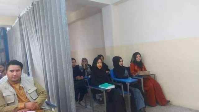 Con cortinas separan a estudiantes en Afganistán