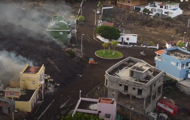 VIDEOS: La lava se traga el último pueblo en La Palma, y toma rumbo al mar