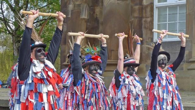 Polémicos bailarines de Morris se niegan a dejar de ennegrecer sus rostros