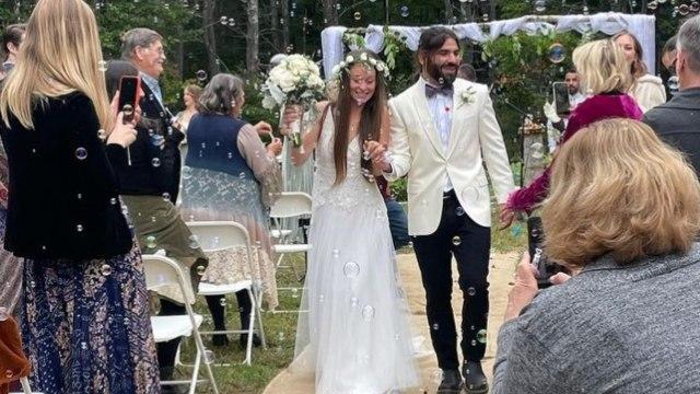 Novia se casa con vestido táctil para que su pareja invidente la sintiera a su lado