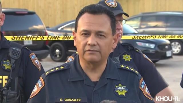 Hallan a tres niños abandonados en un apartamento junto a los restos de su hermano, según reportes de autoridades en Texas