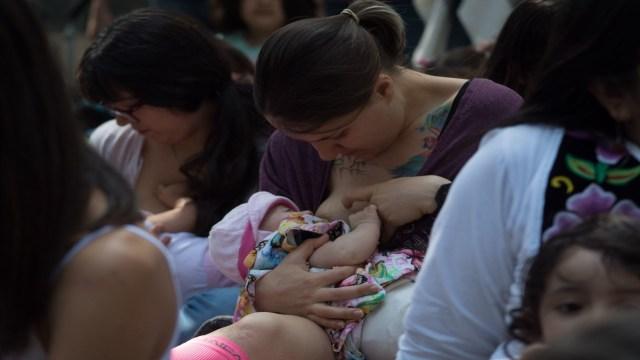 Lactancia libre: Senado avala que mujeres puedan amamantar en público