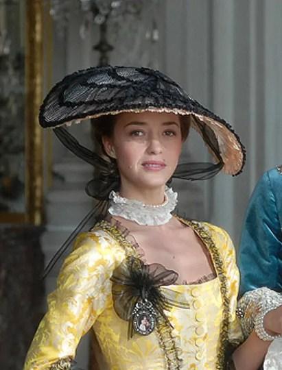 """Hélène de Fougerolles dans la série de 2008 """"Jeanne Poisson, marquise de Pompadour (sa mouche à elle, c'est la baiseuse !)"""