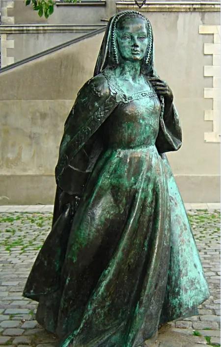Statue d'Anne de Bretagne réalisée par Jean Fréour en 2002. Elle est exposée dans une rue à proximité du château de Nantes dans lequel Anne a résidé.
