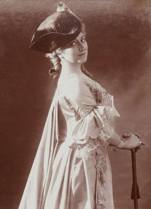 Cécile Sorel dans le rôle de la comtesse du Mariage de Figaro (Album Reutlinger Gallica BNF)