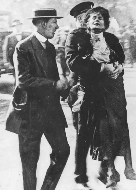 Emmeline Pankhurst arrêtée à l'extérieur de Buckingham Palace