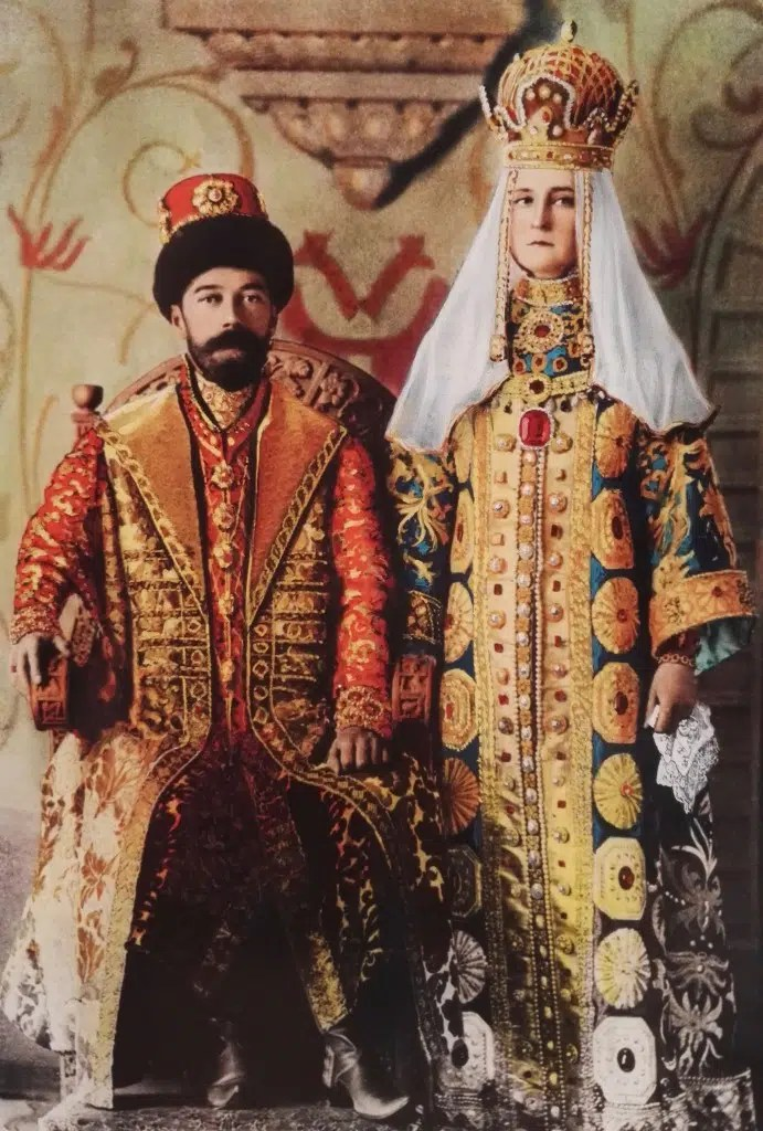 "Le tsar Nicolas II déguisé en ""Alexis"", deuxième tsar de la dynastie, et son épouse Alexandra en tsarine ""Maria Miloslavskaïa"" (colorisation d'époque)"