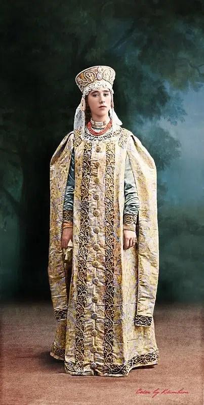 Natalia Ivanovna Zvegintsova, portant le Letnik russe (manteau aux manches très longues et très amples)