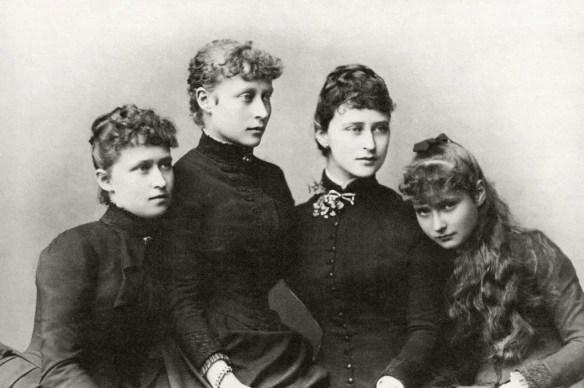 Les quatre filles de la princesse Alice d'Angleterre. De gauche à droite : Irène (épouse Henri de Prusse), Victoria (épouse Louis de Battenberg), Elisabeth (épouse le grand-duc Serge de Russie), et enfin Alix (épouse le Tsar Nicolas II)