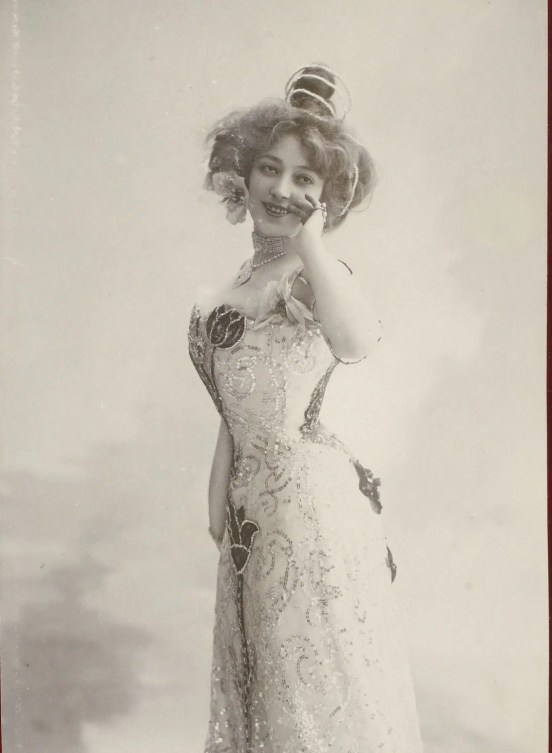 Anna Held (Album Reutlinger vol.12 - Gallica BNF)