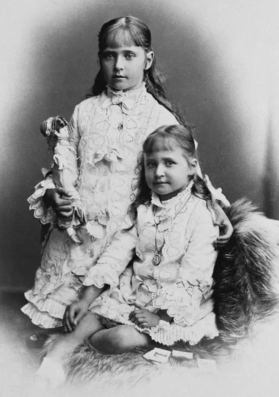 Alix et sa troisième soeur, la petite Maria, en 1878.