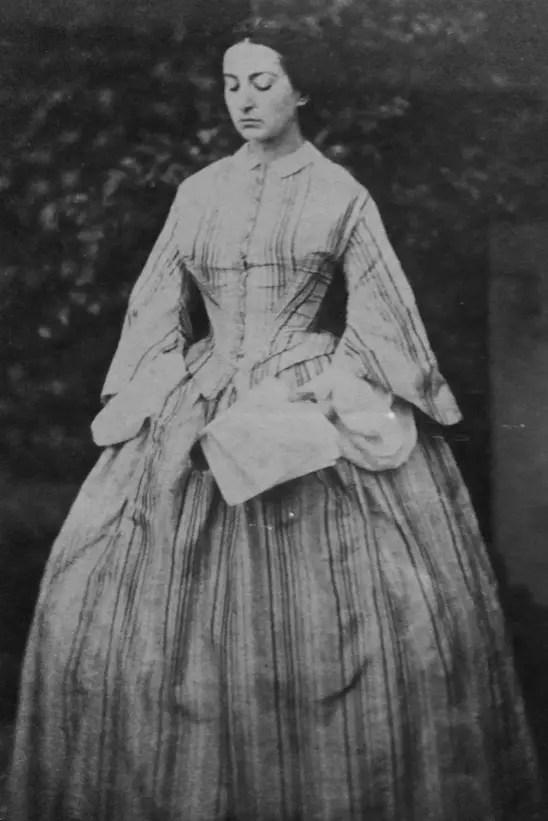 Adèle photographiée par son frère Charles dans les jardins de Hauteville House en 1856 (maison de Victor Hugo)