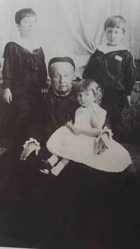 Clémentine entourée de ses petits-enfants bulgares : Boris, Kyril et Evdokija (Collection D. Carlos Tasso)