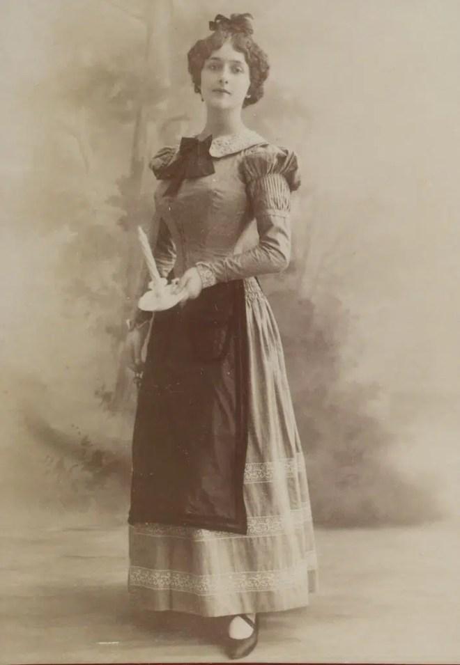 Lina Cavalieri dans le rôle de Mimi pour l'opéra de La Bohème de Puccini (Album Reutlinger volume 9 - Gallica BNF)