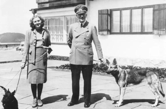 Hitler et Eva Braun avec leurs chiens en 1942