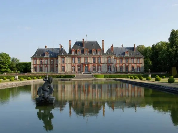 Vue du château et du miroir d'eau (crédit : Michel André)